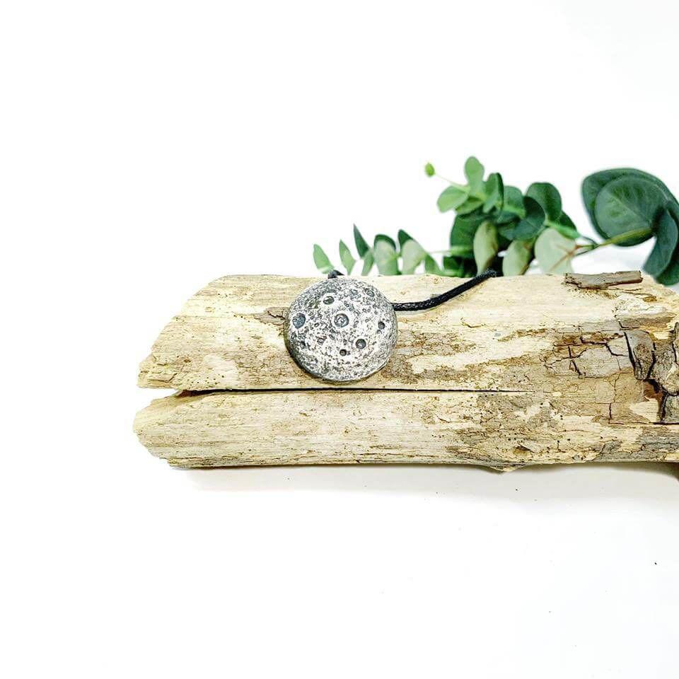 Cada Luna mide aproximadamente 3cm y estan montadas en un cordon de algodón teñido con tintes vegetales